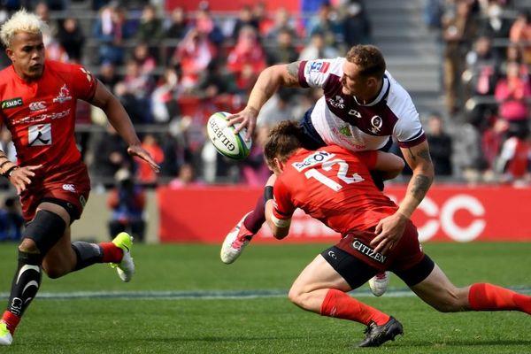 Scott Higginbotham fait une passe lors d'un match avec les Reds le 16 mars 2019 à Tokyo.