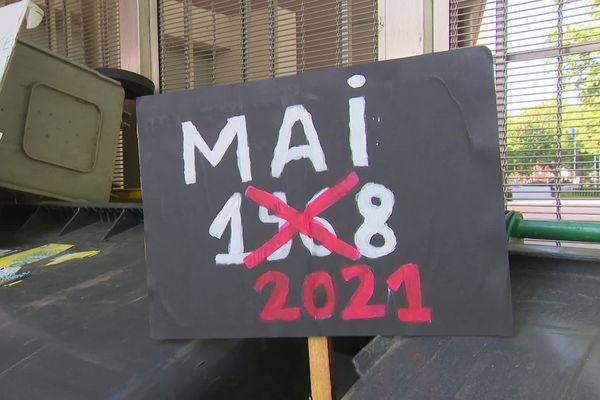 Une pancarte préparée par les jeunes manifestants du Lycée Arago, ce mercredi matin à Perpignan.