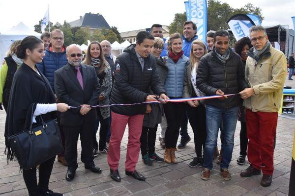 Coupe de ruban pour l'inauguration du village du Marathon Metz Mirabelle, samedi 8 octobre 2016.