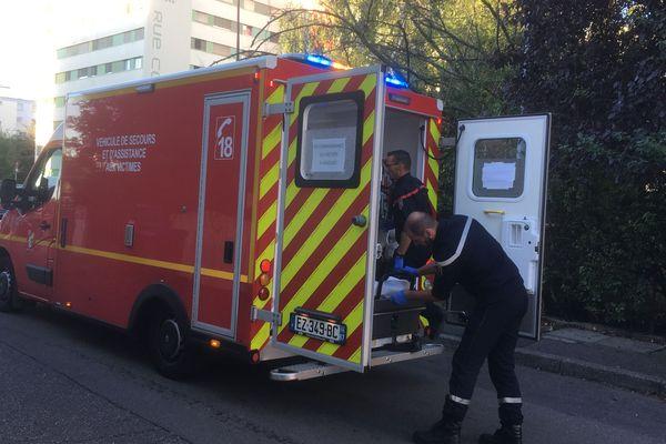 Dans l'ambulance, la victime est en train d'être prise en charge par les pompiers