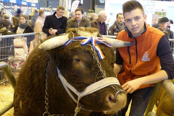 Antoine Jaffré pose avec Fêtard après que le taureau ait été sacré taureau le plus lourd du monde.
