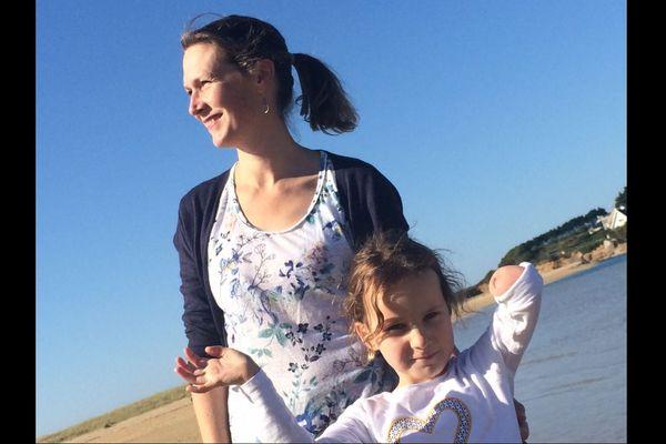 Isabelle Taymans-Grassin, ex-habitante de Guidel (Morbihan), et sa fille Charlotte, 6 ans, atteinte d'une malformation de l'avant-bras