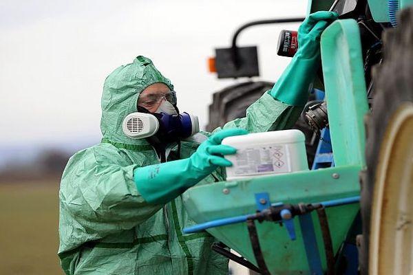 Les produits phytosanitaires sont manipulés par les agriculteurs avec précautions, mais ils impactent la santé de leurs voisins.