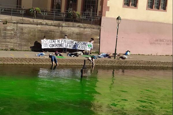 Action spectaculaire du groupe Extinction Rebellion à Strasbourg, l'Ill a pris, durant quelques minutes une couleur verte fluo