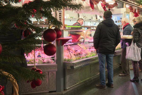 Aux halles Sainte-Claire de Grenoble, c'est le grand rush de fin d'année pour les commerçants.