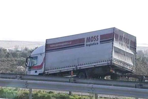Un camion soulevé par la force du vent et déposé sur une glissière de sécurité sur l'autoroute A9 - 5 février 2015