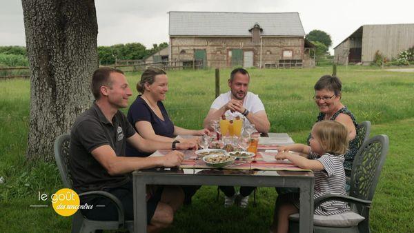 David et Sandrine retrouvent Romain, sa femme et sa fille pour déguster cette fameuse cassolette d'escargots au Neufchâtel et au Pommeau.