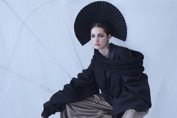 La coiffe traditionnelle de la matelote se pare de noir.