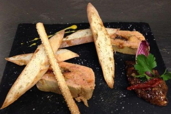 En entrée, le chef propose du foie gras aux figues et au miel.