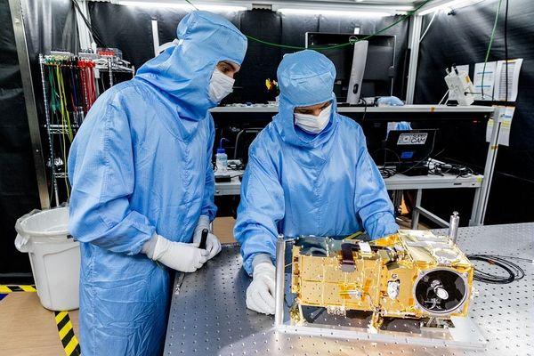 Derniers tests et vérifications de l'instrument SuperCam à l'IRAP, avant sa livraison au Jet Propulsion Laboratory de la Nasa, pour son intégration sur le rover de la mission Mars 2020.