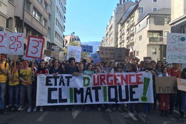 Des centaines de manifestants sont descendus à nouveau dans les rues de Grenoble