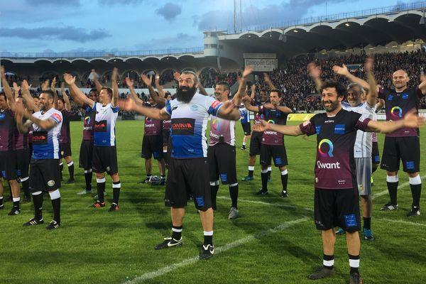 Les joueurs du Match des Légendes après le match pendant le clapping