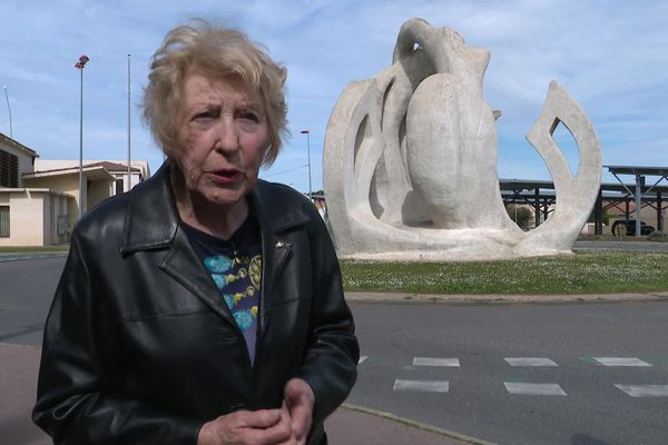 "Elyane Gremillon-Swiderski devant sa ""Naïade de Narbonne""."