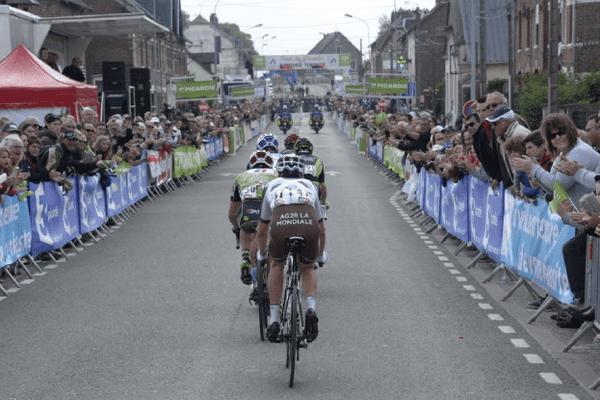 Une ligne d'arrivée noire de monde lors de la première étape du Tour de Picardie 2015, à Tergnier. La Picardie, terre de vélo.