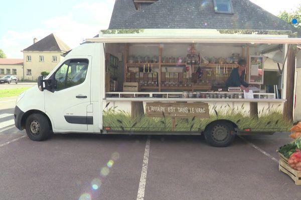 Anne-Laure se déplace avec son camion sur plusieurs marchés autour de Caen, et fait aussi de la livraison.