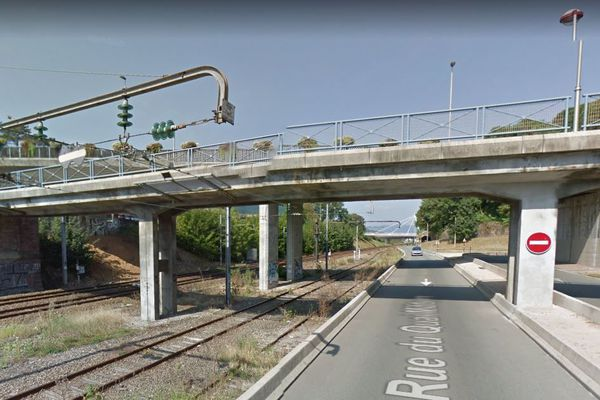 Le corps du jeune homme a été retrouvé ce jeudi matin le long de la voie ferrée. Il a chuté alors qu'il circulait rue du quai militaire.