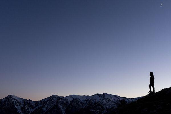 Un promeneur marchant dans les Alpes, dans la région du Puy de Sampeyre en Italie.