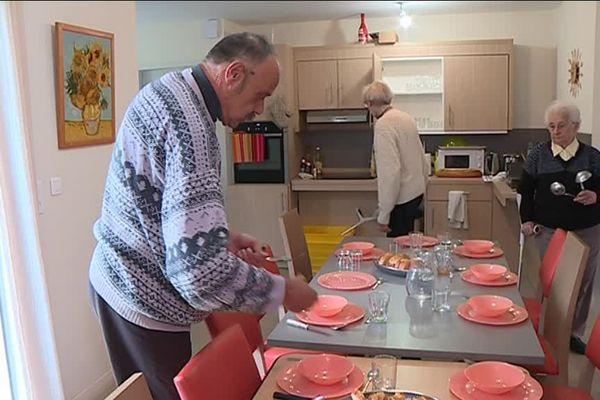 Les résidents participent aux tâches de la vie courante.
