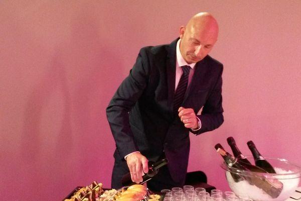 Pascal Garin est maître d'hôtel chez les particuliers. La crise sanitaire le prive d'activité, alors qu'il a parfaitement le droit de travailler