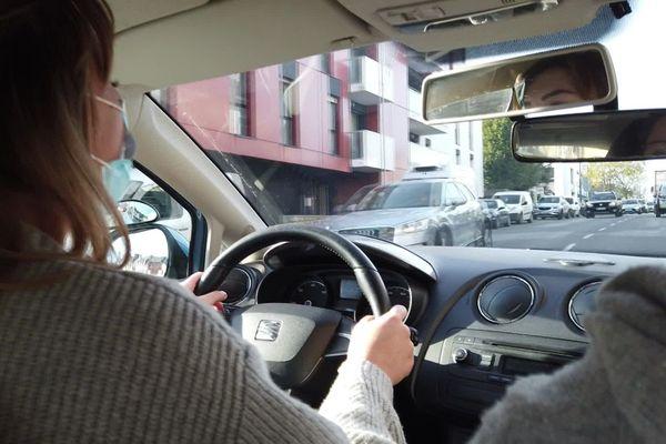 Clémentine est bien contente de retrouver le volant pour quelques leçons de conduite avant de passer son permis la semaine prochaine
