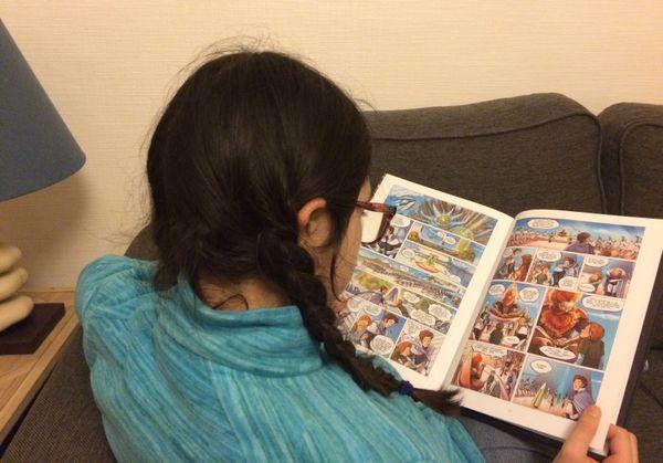 Cerise est plongée dans son livre.