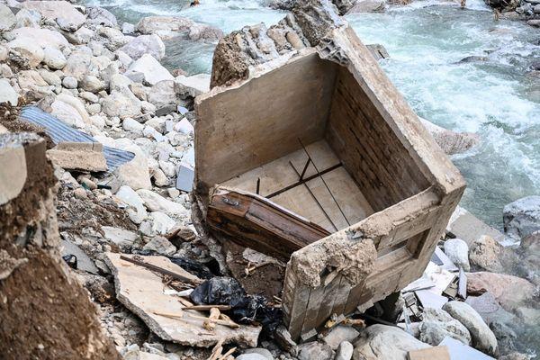 6 octobre 2020, Saint-Dalmas-de-Tende, en contrebas du cimetière, un cercueil est tombé dans le lit de la rivière suite aux fortes intempéries.