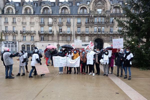 Le personnel des établissements médico-sociaux ont manifesté ce jeudi devant l'hôtel de ville de Mézières (Ardennes)