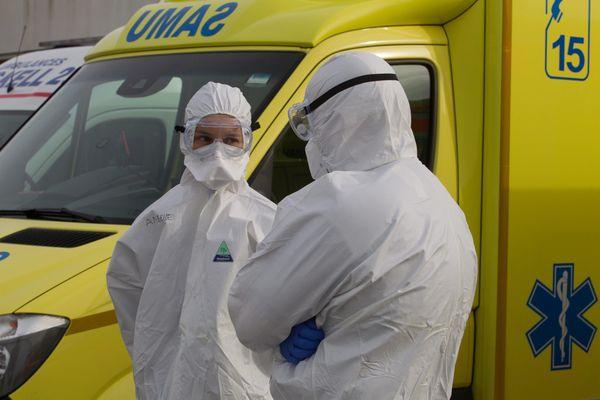 Les évacuations sanitaires des patients touchés par le coronavirus mobilisent notamment le SAMU, ici lors d'un transfert entre Avignon et la Bretagne