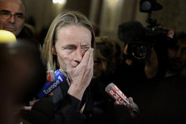 Isabelle Demongeot bouleversée à l'issue de son témoignage devant les jurés.