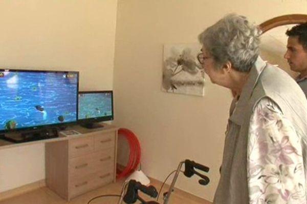 Une retraitée joue tout en développant son équilibre et sa motricité - 21 août 2015