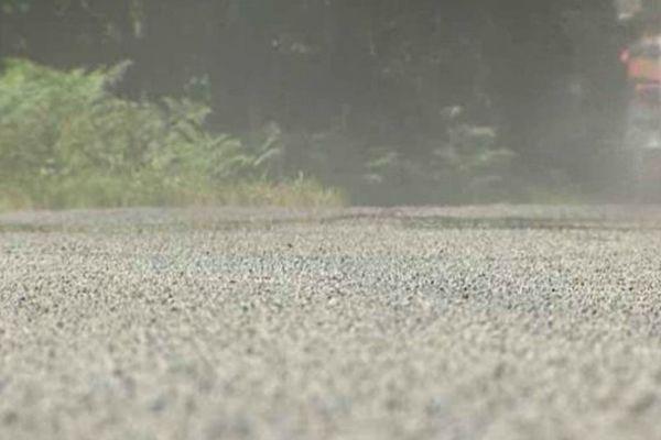 Le ressuage rend la route moins sûre pour les usagers car le bitume recouvre les granulats et diminue l'adhérence du pneu sur la chaussée.