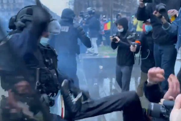"""Samedi 30 janvier, lors d'une manifestation contre la loi """"Sécurité Globale"""" à Paris, un policier a été filmé en train de matraquer un manifestant à plusieurs reprises."""