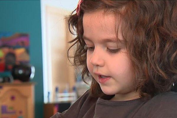 Lilly Rose a quatre ans. Elle a été diagnostiquée autiste tout récemment.
