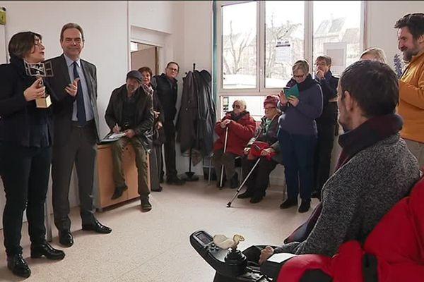 """Le maire d'Evreux et Francine Maragliano, adjointe déléguée à l'accessibilité présentent le trophée """"Access City"""""""