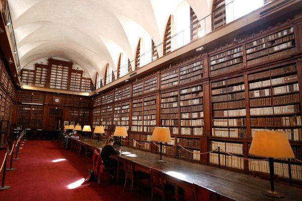 La bibliothèque Fesch d'Ajaccio héberge un fonds de 40.000 livres anciens et rares.