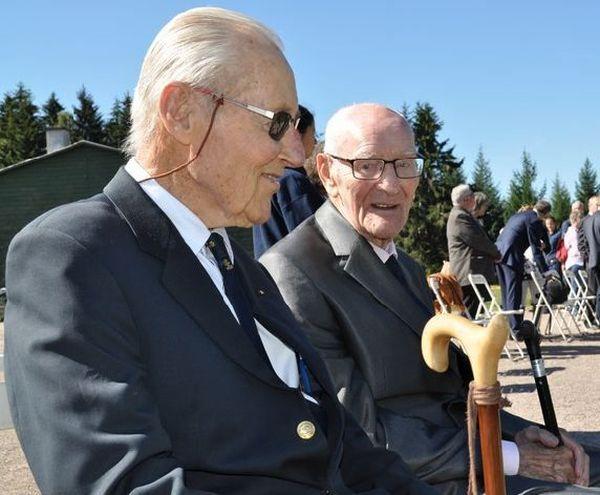 Deux anciens déportés, invités d'honneur aux commémorations de la libération du camp de Natzweiler-Struthof, en 1945.