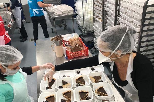 En temps normal, les cuisines centrales de Béziers produisent 5000 repas jour. Là ce sont des chefs  qui les investissent tous les après-midi pour mitonner des repas pour les soignants de Béziers chaque jour.