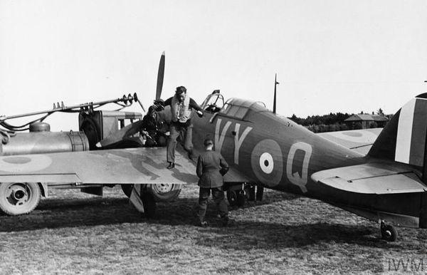 Le capitaine Peter Townsend descendant de son Hurricane en juillet 1940 pour un ravitaillement sur la base de Castle Camps.