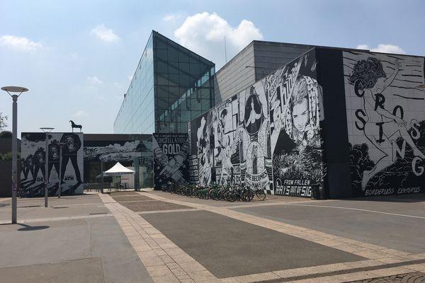 L'entrée du Musée d'art moderne et contemporain de Strasbourg (Mamcs), reconnaissable à ses fresques. Il abrite plusieurs expositions temporaires.