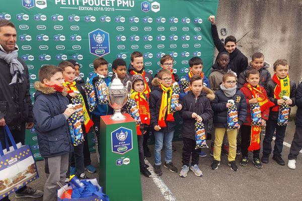 Les U11 de l'AS Vitré ont posé avec la Coupe de France.