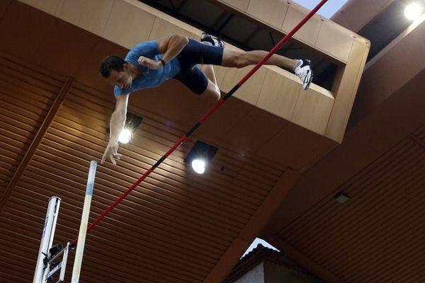 Renaud Lavillenie a remporté le concours de saut à la perche lors de la manche monégasque de la Ligue de diamant, le 17 juillet 2015, au stade Louis II, avec un saut à 5,92 mètres.