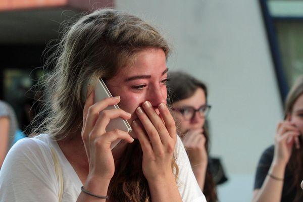 De joie ou de désespoir ? Elle pleure.