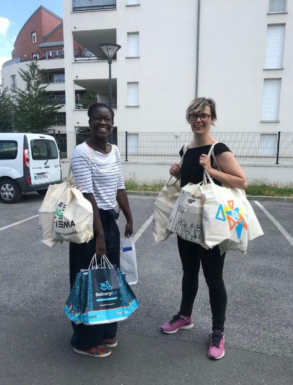 Aïcha et Magali livrent des colis à une PMI