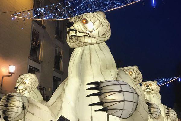 Les ours enchantés de la compagnie Remue-ménage défilent dans les rues de Caen.