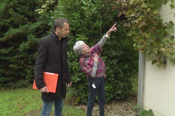 Andrée Gonçalves, habitante de La Chapelle-Gonaguet, montre les fissures de sa maison au maire de la commune