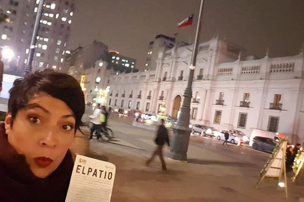 """La réalisatrice Elvira Diaz devant le palais présidentiel de la Moneda, à Santiago du Chili, avant la projection de son documentaire """"El Patio"""" en 2018"""