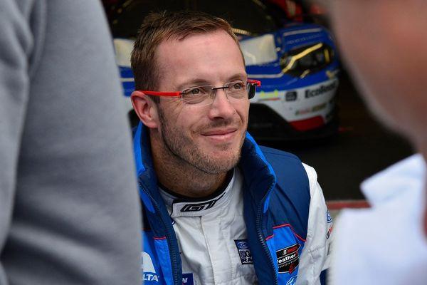Le Sarthois Sébastien Bourdais lors de la séance de dédicaces mardi dernier sur la pit lane.