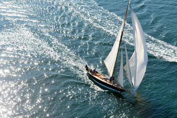 Archive août 2015, survol de la baie de la Baule avec la régate des voiles de légende, avec la présence de bateaux prestigieux comme les Pen Duick 1 et 3
