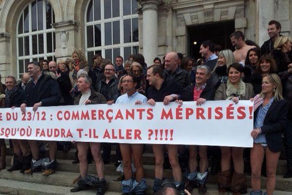 Des commerçants de Limoges ont posé en partie dénudés devant la mairie