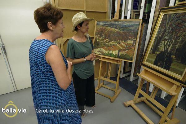 Sophie Jovillard avec Nathalie Gallissot, directrice et conservatrice du musée d'art moderne de Céret. Devant des toiles de Maurice Loutreuil, représentant des vues de Céret.